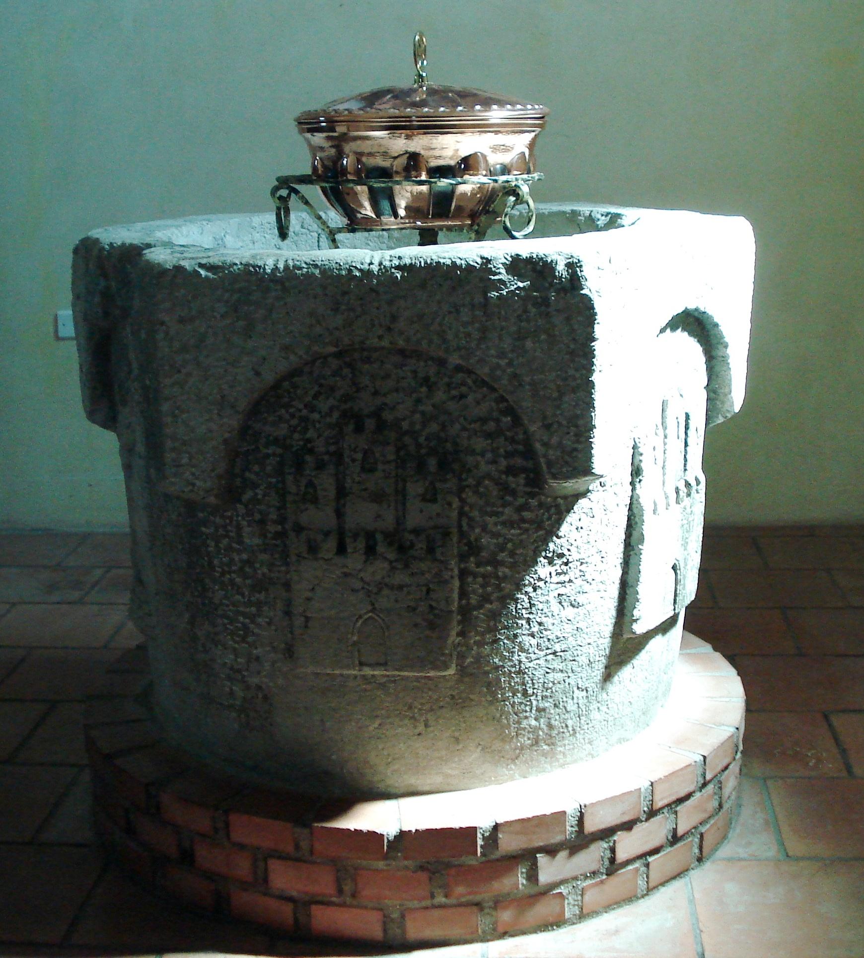 Fonte battesimale in evidenza stemma di Belcastro
