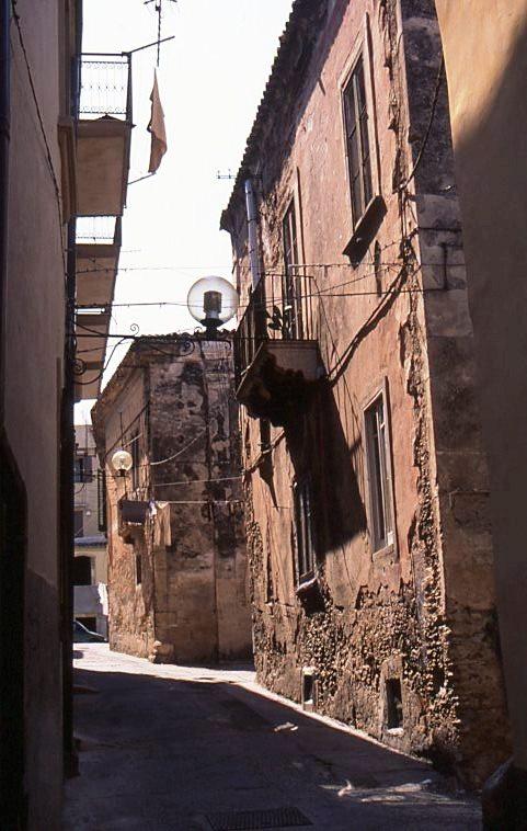 Il Palazzo Lucifero su via Giuseppe Ducarne