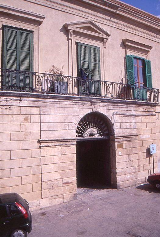 Portale del palazzo Barracco di Crotone.