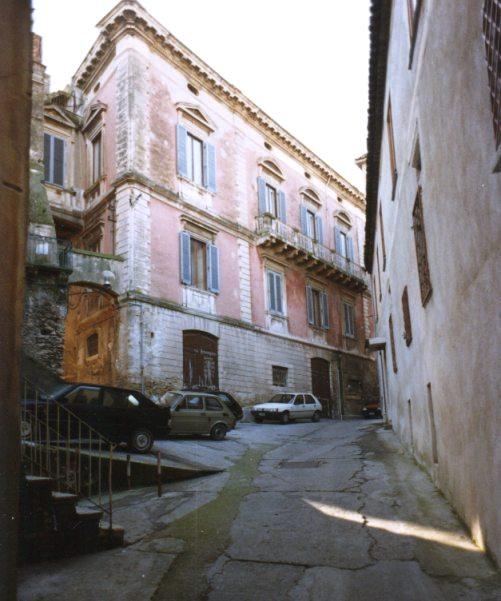 La facciata su via Giano Pelusio