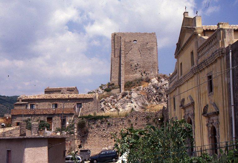 La torre Mastra vista dalla cattedrale