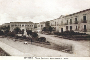 009-piazza-suriano-monumento-ai-caduti